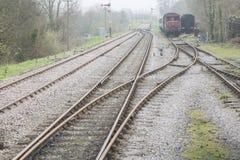 Alte Bahnlinie mit Wagen Stockbilder