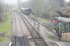 Alte Bahnlinie mit Wagen Stockbild