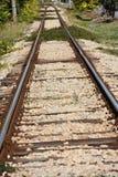 Alte Bahnschienen und Lagerschwellen Stockbild