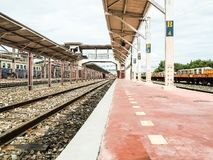 Alte Bahnstation mit Schienen Stockbilder