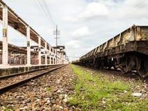 Alte Bahnstation mit Schienen Stockfotografie