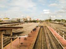 Alte Bahnstation mit Schienen Stockfotos