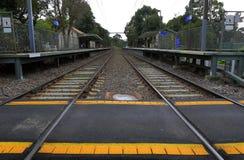 Alte Bahnstation und Niveauübergang Lizenzfreie Stockbilder