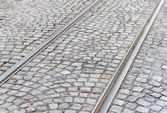 Alte Bahnstrecken auf cobbled Straßendecke Lizenzfreie Stockfotografie