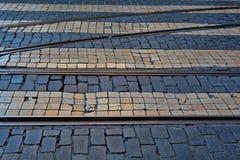 Alte Bahnstrecken auf cobbled Straßendecke Stockfotos