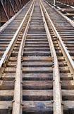 Alte Bahnstrecken auf Metallbrücke Stockfotografie