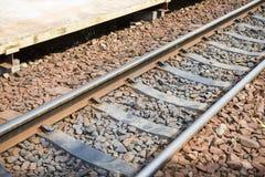 Alte Bahnstrecken am Bahnhof Stockfotos