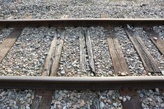 Alte Bahnstrecken mit dem Sonnenschein, der auf den Schienen glänzt lizenzfreie stockbilder