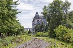 Alte Bahnstrecken mit Gebäude Lizenzfreie Stockfotos