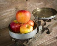 Alte Balance mit Äpfeln Stockbild