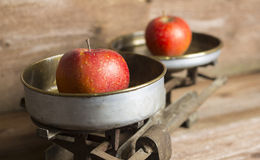 Alte Balance mit Äpfeln Lizenzfreie Stockfotografie