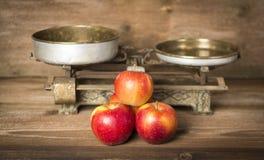 Alte Balance mit Äpfeln Lizenzfreie Stockfotos