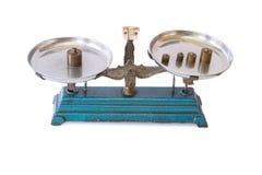 Alte Balancenskala mit dem Gewichtsmessing lokalisiert Stockbild