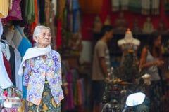 Alte Balinesefrau nahe Souvenirladen in Ubud Lizenzfreie Stockbilder