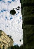 Alte Balkon-Straßenlaterne auf Steinwand gegen europäische Stadt Stockfoto
