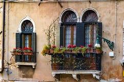 Alte Balkone in einem bunten Gebäude Venedigs Lizenzfreie Stockfotografie