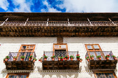 Alte Balkone mit Blumentöpfen in La Orotava Lizenzfreie Stockbilder