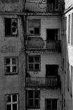 Alte Balkone mit Fenstern Stockfotos