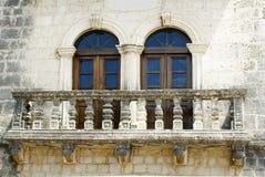 Alte Balkonfenster auf der Wand Stockfotos