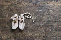 Alte Ballettschuhe auf altem Bretterboden Stockfotos