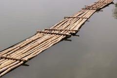 Alte Bambusbrücke über dem Fluss Stockfotos
