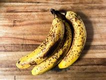 Alte Banane auf einem hölzernen Schneidebrett Lizenzfreies Stockbild