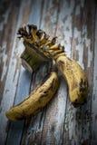 Alte Banane auf einem Holztisch Stockfotos