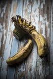 Alte Banane auf einem Holztisch Lizenzfreie Stockfotografie