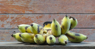 Alte Bananen auf hölzernem Regal Stockbild