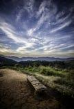 Alte Bank auf dem Berg mit schönem Himmel Lizenzfreies Stockbild
