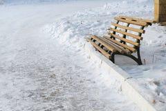Alte Bank auf einem Schneewinterhintergrund Lizenzfreies Stockbild