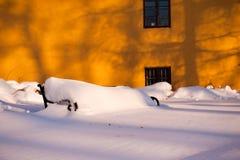 Alte Bank bedeckt mit Schnee in Zagreb, Kroatien Lizenzfreies Stockfoto