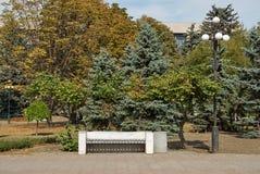 Alte Bank in einem Park Stockfoto