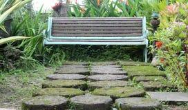 Alte Bank im Freien im Garten Lizenzfreies Stockfoto