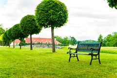 Alte Bank im grünen Garten von Rundale in Lettland draußen Stockfotografie