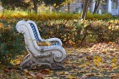 Alte Bank im Herbstpark Stockfotografie