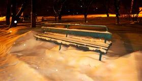 Alte Bank im Schnee Stockfotografie