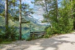 Alte Bank am See Vorder Langbathsee in Österreich Lizenzfreies Stockfoto