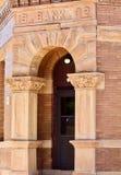 Alte Bank-Ziegelstein-Fassade lizenzfreie stockfotografie