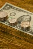 Alte Banknote von zwei US-Dollars und von verkratzten Cents US liegt auf a Stockfotografie