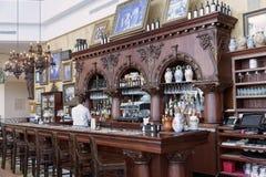 Alte Bar- und Kaffeemaschine in einem Caférestaurant US Lizenzfreie Stockbilder