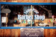 Alte Barber Shop im historischen Dorf der einzigen Kiefer - EINZIGE KIEFER CA, USA - 29. M?RZ 2019 lizenzfreies stockfoto