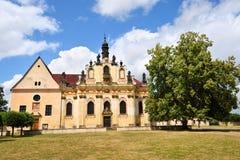 Alte barocke Kirche mit Statuen Stockbilder