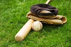 Alte Baseball-Ausrüstung auf Rasenfläche Stockfotos