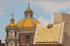 Alte Basilika unserer Dame von Guadalupe und von Uhr in Mexiko City Lizenzfreie Stockfotos