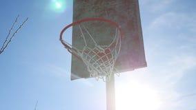 Alte Basketballkorbsportstraße gegen ein Blau Lizenzfreies Stockbild