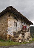 Alte baskische Bauernhofhausfassade Stockbild