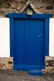 Alte baskische hölzerne blaue Tür Lizenzfreie Stockfotos