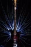 Alte Bass-Gitarre auf schwarzem Hintergrund Stockfotografie