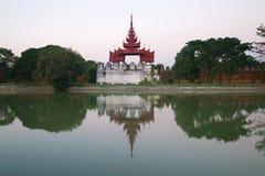 Alte Bastion der alten Stadt mit Reflexion in der grauen Dämmerung Mandalay, Birma Lizenzfreie Stockbilder